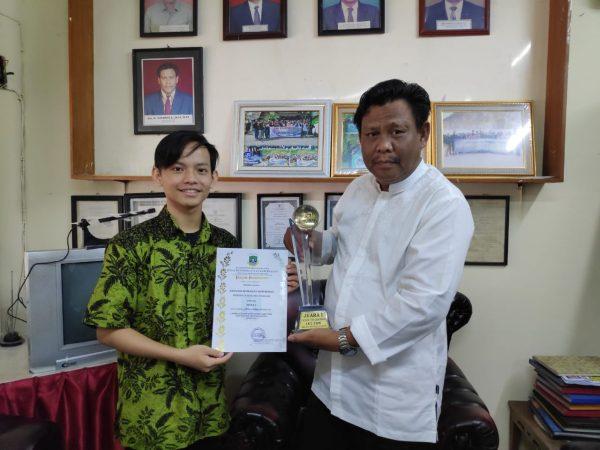 Penyerahan Piala Juara 1 LKS Bidang ITNSA Tingkat Provinsi Banten Kepada Kepala Sekolah