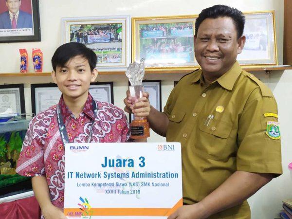 Penyerahan Piala dan Medali Juara 3 LKS Bidang ITNSA Tingkat Nasional kepada Kepala Sekolah